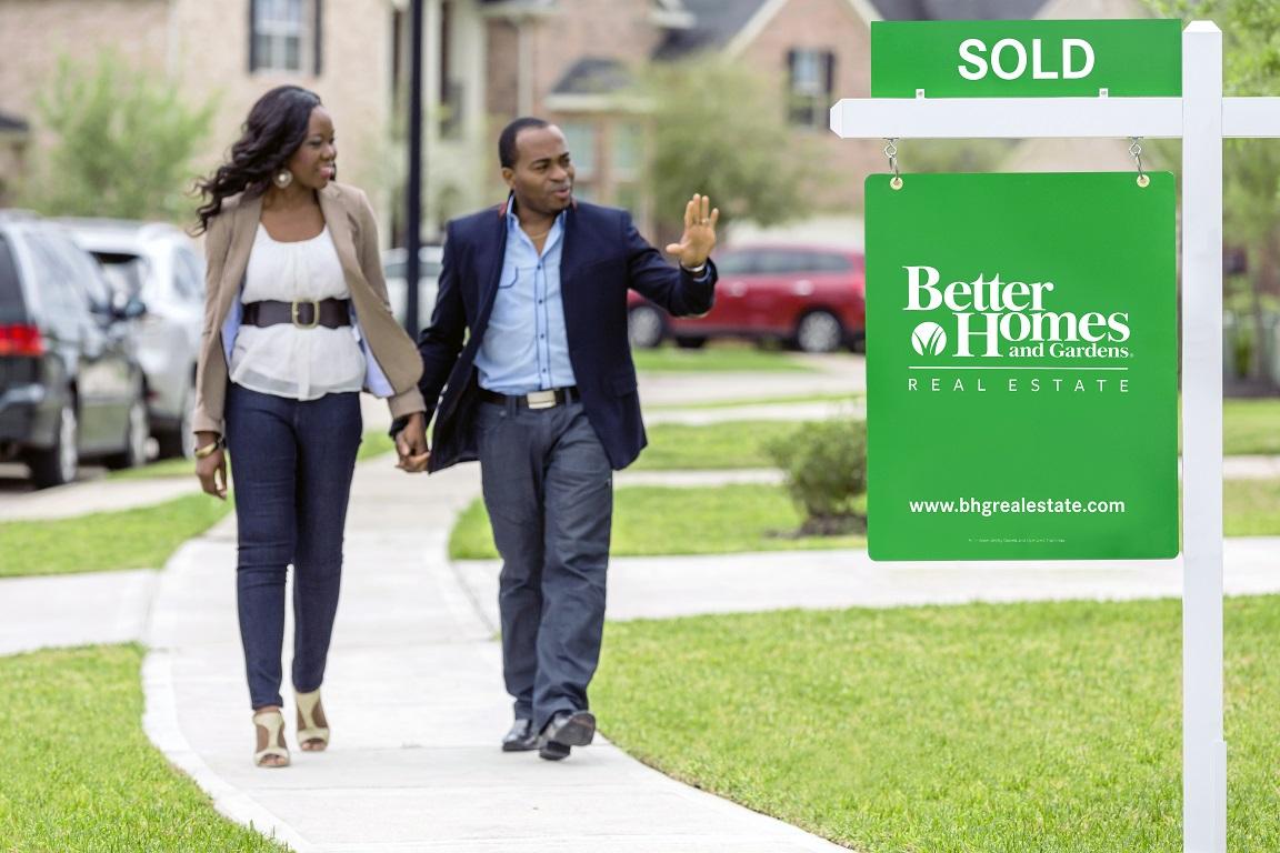 home_buyers_walking