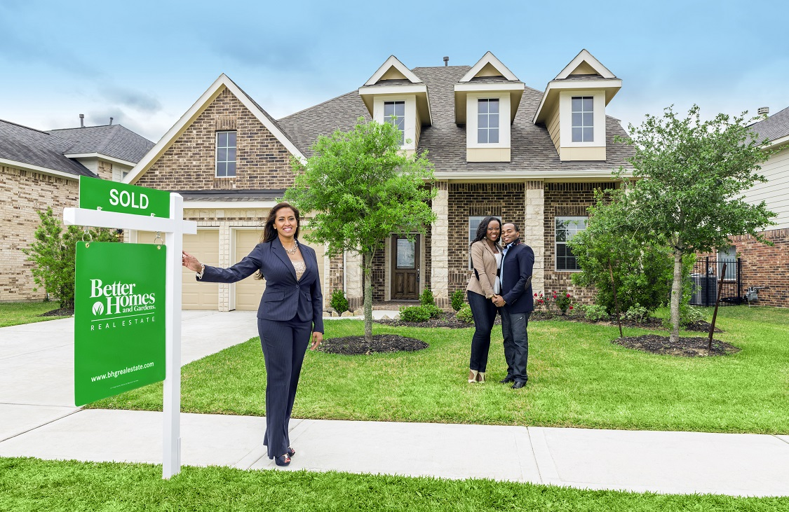 sold_sign_with_female_agent_and_couple